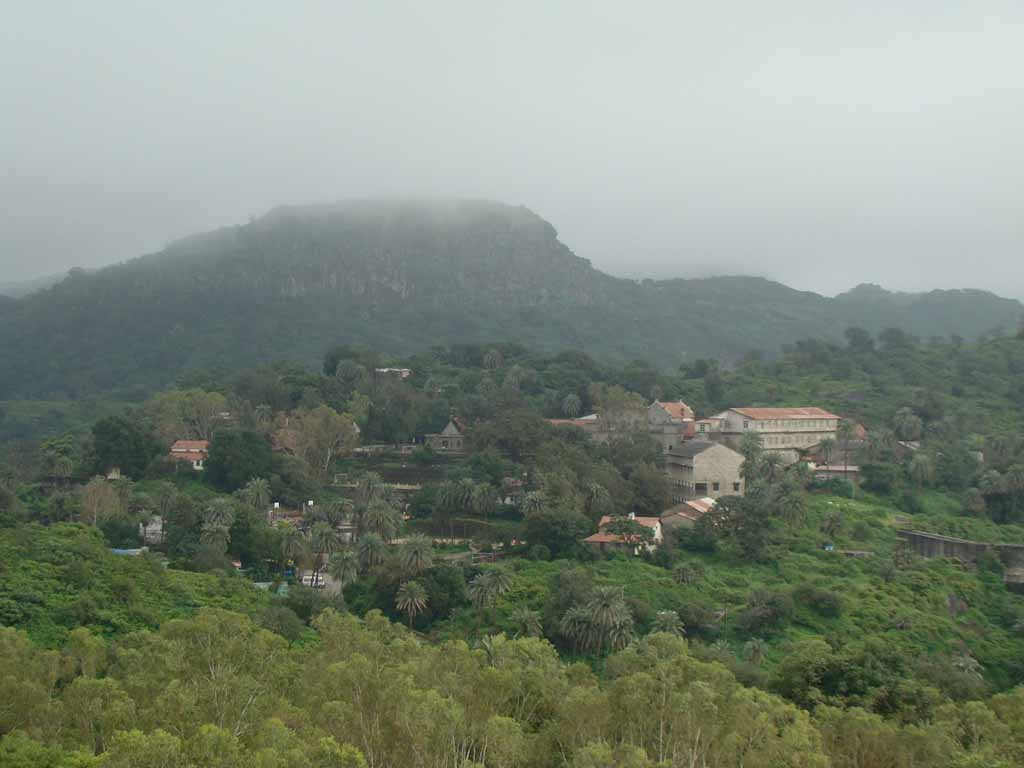 mount abu Mount abu is the highest peak in the aravalli range at a average height of 1,219 mtr's above sea level is the oasis in the deserted land of rajasthan and posses the honor of being the only hill-station in rajasthan as well as north-west india.